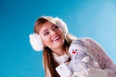 Frau mit dem kleinen Schneemann, der selfie Foto macht Stockbild