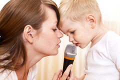 Frau mit dem kleinen singenden Jungen lizenzfreie stockfotografie