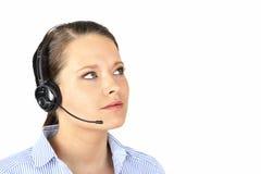 Frau mit dem Kopfhörer, der oben schaut Lizenzfreie Stockfotos