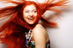 Frau mit dem lang flüssigen roten Haar Stockbilder
