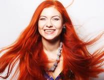 Frau mit dem lang flüssigen roten Haar Stockfoto