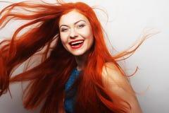 Frau mit dem lang flüssigen roten Haar Stockfotos