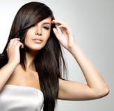 Frau mit dem langen geraden Haar der Schönheit Stockfotos