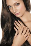Frau mit dem langen Haar lizenzfreie stockbilder