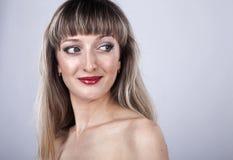 Frau mit dem langen Haar und Make-up im Studio Lizenzfreie Stockfotografie