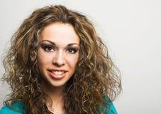 Frau mit dem langen lockigen Haar stockfotos