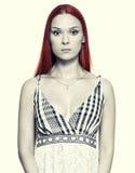 Frau mit dem langen roten Haar Stockfotografie