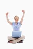 Frau mit dem Laptop, der ihre Hände anhebt Stockfoto