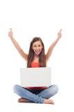 Frau mit dem Laptop, der sich Daumen zeigt Lizenzfreies Stockbild