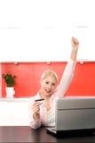 Frau mit dem Laptop-Zujubeln Lizenzfreie Stockfotografie