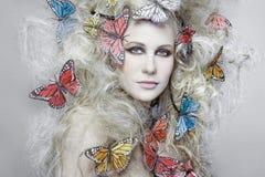 Frau mit dem lockigen blonden Haar. Stockbild