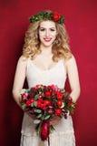 Frau mit dem lockigen blonden Haar Braut mit Blumen Lizenzfreies Stockbild