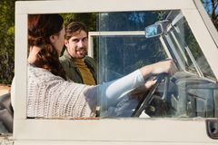 Frau mit dem Mann, der Straßenfahrzeug abtreibt Stockfoto