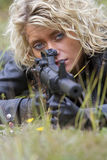 Frau mit dem Maschinengewehrzielen Stockfotos