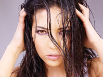 Frau mit dem nassen Haar Stockbild