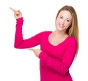 Frau mit dem Punkt mit zwei Fingern oben Stockbild