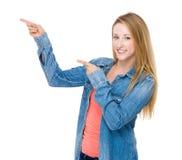 Frau mit dem Punkt mit zwei Fingern oben Stockfotografie