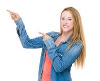 Frau mit dem Punkt mit zwei Fingern oben Lizenzfreie Stockfotografie