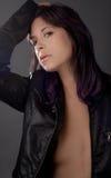Frau mit dem purpurroten Haar in der Lederjacke Lizenzfreie Stockfotos