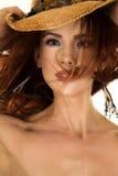 Frau mit dem roten Haar im Gesichts- und Hutabschluß Lizenzfreies Stockfoto