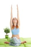 Frau mit dem roten Haar tun Yogaübungen Stockfoto