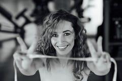 Frau mit dem roten Haar zeigt ihr Gewichtsverlust Lizenzfreies Stockfoto