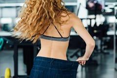 Frau mit dem roten Haar zeigt ihr Gewichtsverlust Stockfotos