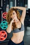 Frau mit dem roten Haar zeigt ihr Gewichtsverlust Stockfoto