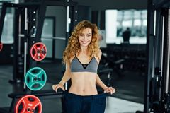 Frau mit dem roten Haar zeigt ihr Gewichtsverlust Stockbilder