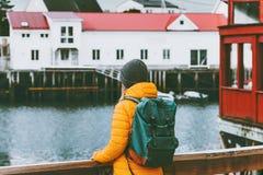 Frau mit dem Rucksack, der in Norwegen-Besichtigung Reise-Lebensstilkonzeptabenteuer reist lizenzfreies stockfoto