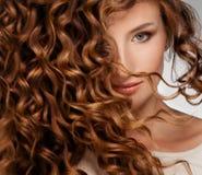 Frau mit dem schönen Haar lizenzfreie stockfotos