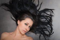 Frau mit dem schönen schwarzen Haar Lizenzfreie Stockfotografie