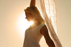 Frau mit dem Schalgefühl balanciert Stockfotografie