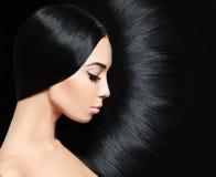 Frau mit dem schwarzen Haar Art und Weisefrisur stockfoto