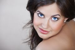 Frau mit dem schwarzen Haar und Lächeln lizenzfreie stockfotos