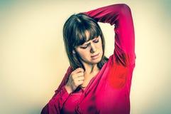 Frau mit dem Schwitzen unter Achselhöhle - Retrostil lizenzfreies stockbild