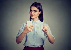 Frau mit dem Smartphonedarstellen keinem, ziehen ` t, mit Fingergeste an Elterliches Bedienkonzept Stockfoto