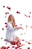 Frau mit dem Steigenblumenblatt stockfotografie