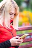 Frau mit dem Telefon Lizenzfreie Stockbilder