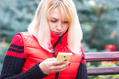 Frau mit dem Telefon stockbild
