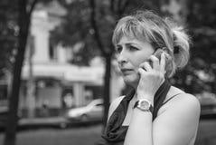 Frau mit dem Telefon stockfoto