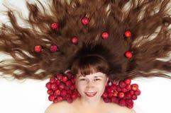 Frau mit dem verbreiteten Haar und den Äpfeln Stockfotos