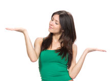 Frau mit dem Vergleichen von Handstellung Lizenzfreies Stockfoto