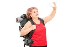 Frau mit dem Wandern der Ausrüstung, die ein selfie nimmt Stockbilder