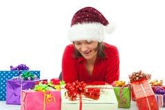 Frau mit dem Weihnachten überrascht zwischen vielen Geschenken Lizenzfreies Stockfoto