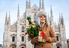 Frau mit dem Weihnachtsbaum und Geschenk, die Abstand, Mailand untersuchen Stockfoto