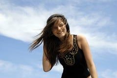 Frau mit dem windblown Haar Stockfoto