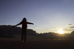 Frau mit den Armen angehoben in einer Luft Lizenzfreies Stockbild