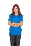Frau mit den Armen gekreuzt, tragendes T-Shirt Stockbild