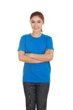 Frau mit den Armen gekreuzt, tragendes T-Shirt Stockfotografie
